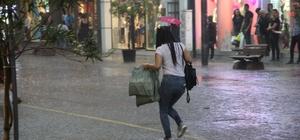 Eskişehir'de aniden başlayan yağmur hayatı felç etti Vatandaşlar yağmurdan korunmak için çabaladı, bazı dükkanların bodrumlarına su doldu, sokaklarda su birikintileri oluştu