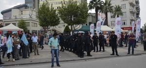 Polis AK Parti ve İyi Parti stantlarını demir bariyer ile ayırdı Polis iki parti üyeleri arasında olumsuzluk yaşanmaması için önlem aldı