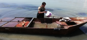 Jandarma kaçak avcılıkta kullanılan ve çayın derin sularına gömülen kayığa el koydu