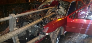 Köprü bariyeri otomobile ok gibi saplandı: 2 yaralı