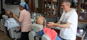 Berber Hamide, erkeklere taş çıkartıyor Mersin'de 4 yıl önce eşi çırak bulamadığı için berberlik mesleğine başlayan Hamide Bayır'ın erkeklerin saç sakal tıraşını yapması herkesi şaşırtıyor
