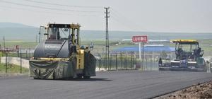 Kars'ta çevre yolunun sıcak asfalt yapım çalışmaları devam ediyor