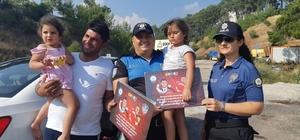 Polis yol denetimlerinde çocuklara hediye veriyor