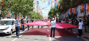 MHP'den AK Parti'ye bayrak jesti MHP Manisa Teşkilatı seçim öncesi Manisa'da yürüyüş yaptı MHP'liler Cumhur İttifakı içinde yer aldıkları AK Parti'nin yürüyüşe verdiği desteğe AK Parti bayrağı sallayarak teşekkür etti