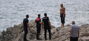 Denizde yüzerken boğulma tehlikesi geçirdi