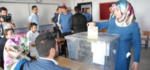 Bitlis'te oy kullanma işlemi başladı