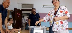 Vatandaşlar saatler öncesinden sandıklara geldi Antalya'da 24 Haziran seçimlerinde 1 milyon 681 bin 336 seçmen 5 bin 30 sandıkta oy kullanacak