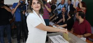 Cumhurbaşkanı adayı Demirtaş'ın eşi Başak Demirtaş oyunu kullandı