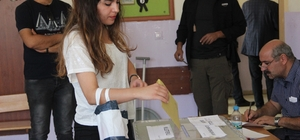 Şanlıurfa'da ilk oylar kullanılmaya başlandı Şanlıurfa'da 1 milyon 60 bin 815 seçmen sandık başına gidiyor