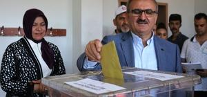 """Vali Karaloğlu eşiyle birlikte oyunu kullandı Antalya Valisi Münir Karaloğlu: """"1 milyon 600 bin seçmen, 5 bin 12 sabit, 20 seyyar sandık olmak üzere toplamda  5 bin 32 sandıkta oy kullanacak"""" """"Seçim süresince 8 bin 500 polis ve jandarma görev yapıyor"""""""