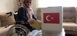 Engelli ve hasta vatandaşlar evlerinde oy kullandı Sandık başına gidemeyenlerin sandık ayağına gitti