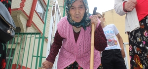 Türkiye'nin ilk başkanını seçmek için tüm zorluklara katlandı Giresun'un Yağlıdere ilçesinde yaşayan 88 yaşındaki Hanife Yanbul tüm zorluklara rağmen oy kullanmak için okula geldi