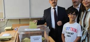 AK Parti Genel Başkan Yardımcısı Sorgun oyunu kullandı AK Parti Genel Başkan Yardımcısı Ahmet Sorgun, sandık başkanının oy kullanamayacağını söylemesi üzerine YSK'nın kararını hatırlatarak oyunu kullandı