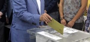 """Bakan Özhaseki oyunu kullandı Çevre ve Şehircilik Bakanı Mehmet Özhaseki: """"Milletin iradesinin üzerinde başka bir irade yok"""" """"İnşallah şaibe bulaştıracak şekilde dedikodu etmezler, yalanlar söylemezler, iftira etmezler"""""""