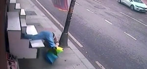 Dükkan kapısına asılı şemsiyeyi almak isterken, düşüp başını yardı Kafasına 8 dikiş atılan adam, şemsiyeyi torununa götürmek için almaya çalıştığını söyledi Meydana gelen olay güvenlik kamerasına yansıdı
