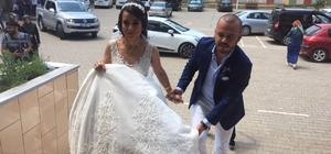 (Özel Haber) Düğünden önce sandığa koştular Bursa'da dünya evine giren çift, gelinlik ve damatlıkla sandığa giderek oyunu kullandı Gelinle damadı karşısında gören vatandaşlar şaşkınlık yaşadı