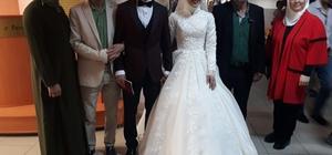 Oy kullanmaya gelinlik ve damatlıkla geldiler AK Parti Sakarya İl Başkanı Kılıç, evlenen çifti sandık başında tebrik etti