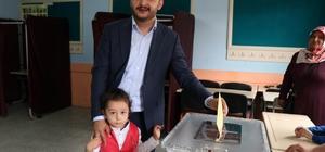 Nevşehir'de siyasiler oylarını kullandı AK Parti İl Başkanı Yanar, Belediye Başkanı Seçen oylarını kullandı AK Parti milletvekili adayı Menekşe oyunu kullandı