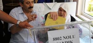 91 yaşındaki Zeynep ve Fatma nine seyyar sandıkta oy kullandı