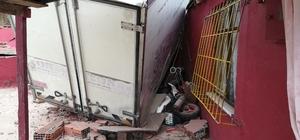 Freni boşalan park halindeki kamyonet eve çarptı Ev sakinlerinin oy kullanmaya gitmesi olası bir faciayı önledi