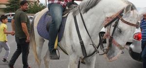 Oy kullanmaya atıyla geldi