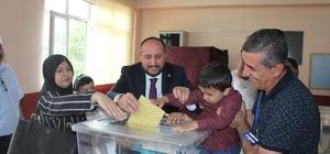 AK Parti Milletvekili adayı Karayel, oyunu ailesiyle birlikte kullandı