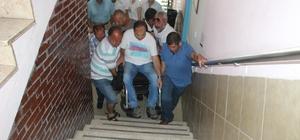 Engelli vatandaşlar oy kullanırken zor anlar yaşadılar