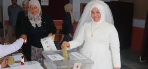 İlk imzayı seçmen kağıdına attılar Önce sandığa sonra düğüne Düğünden önce sandığa koştular Gelinlik ve damatlıkla oy kullandılar Çiftler iki heyecanı bir arada yaşadı