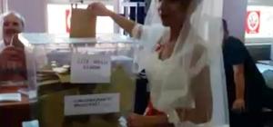 Düğünden önce soluğu sandık başında aldılar Gelinlikle oy kullanmaya geldi
