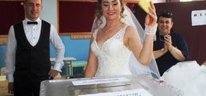 Ayvalık'ta gelin ve damat düğünden önce oy kullandı