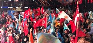 Kocaeli'de AK Parti önünde kutlamalar başladı Binlerce vatandaş ellerinde bayraklarla sokaklara akın etti