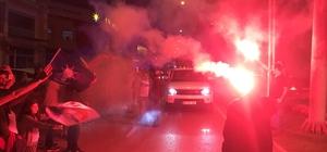 AK Parti Sakarya il binası önünde kutlamalar başladı Binlerce vatandaş ellerinde bayraklarla sokaklarda kutlamalara katıldı