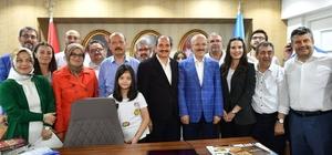 AK Parti Balıkesir'de zaferini kutluyor AK Parti İl Başkanı Demiraslan, zafer sevincini Büyükşehir Belediye Başkanı Kafaoğlu ile paylaştı