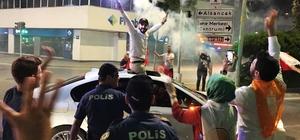 İzmirliler sokağa döküldü İzmir halkının seçim kutlamalarının adresi Cumhuriyet Meydanı oldu