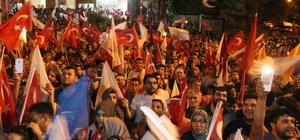 """Bakan Elvan: """"81 milyon vatandaşımızı kucaklamaya devam edeceğiz"""" Kalkınma Bakanı Lütfi Elvan, AK Parti Mersin İl Binası önünde gerçekleştirilen kutlamalara katıldı Elvan: """"Demokrasimizi daha da güçlendireceğiz"""" """"Kim hangi partiye oy verirse versin, bu Türkiye'nin, demokrasinin zaferidir"""""""