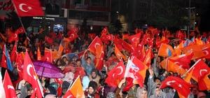 """Başbakan Yardımcısı Akdağ: """"Bu gece FETÖ üzüldü, PKK üzüldü, onların yandaşları üzüldü"""" Erzurum'da seçim coşkusu"""