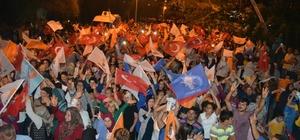 Bozyazı'da AK Parti'nin zaferi coşkuyla kutlandı Mersin'in Bozyazı ilçesinde, resmi olmayan sonuçlara göre AK Parti'nin seçim zaferi yüzlerce kişi tarafından coşkuyla kutlandı