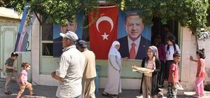 Seçim zaferini bedava ekmek dağıtarak kutladılar Adıyaman'ın Kahta ilçesinde esnaf Erdoğan ve AK Parti'nin seçim zaferini bedava ekmek dağıtarak kutladı