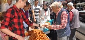 Erdoğan'ın seçim zaferini tatlı dağıtarak kutladı