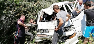 Takla atan  minibüs ağaçlara çarparak durabildi: 1'i ağır 2 yaralı