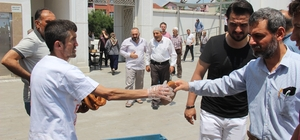 Erdoğan hayranı simitçi, seçim sonuçlarını 2 bin 23 simit dağıtarak kutladı