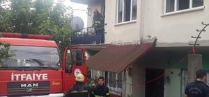 İki katlı evde çıkan yangında mahsur kalan 3 kişiyi itfaiye kurtardı Dumandan etkilenen 3 kişi hastaneye sevk edildi