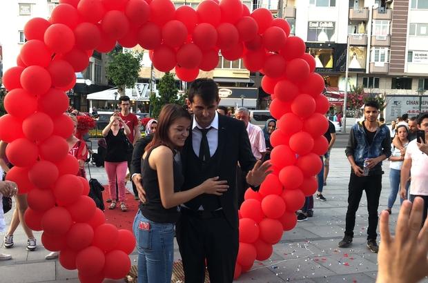 Doğum günü hediyesi meydanda evlilik teklifi Yüzlerce kişi önünde evlilik teklifi etti Şehir meydanını süsleyip diz çöktü
