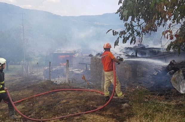 Köy yangınına yangın helikopteri müdahale etti Safranbolu'da köy yangınında 3 ev alevlere teslim oldu