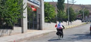 Pedal çevirerek şehit Ömer Halisdemir'in kabrine gidiyor