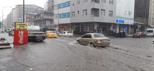Kars'ta sağanak yağmur caddeleri sular altında bıraktı