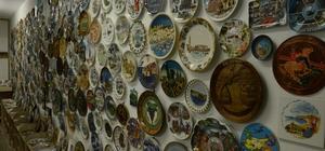 İş adamının tabak tutkusu 125 farklı ülkeden toplam 830 adet işlemeli tabak biriktirdi Koleksiyonuna gözü gibi bakan Erhan Eribol, 100 metrekarelik deposunu tabakları için restore ederek, korumaya aldı