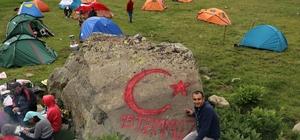 Gümüşhaneli dağcılardan şehitler diyarına 15 Temmuz zirve tırmanışı Sporcular 3 bin 149 metredeki şehit mezarını ziyaret edecek 2 bin 700 metrede kamp kuran sporcular taşlara Türk bayrağı çizdi
