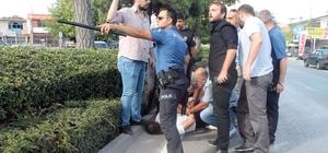 """Konya'da iki grup arasındaki kavgada silahlar çekildi İki grup arasındaki kavga sırasında elinde pompalı tüfekle olay yerine gelen bir kişiyi gören polisler şahsı etkisiz hale getirdi Gözaltına alınan şahıs, """"Onların hepsini vuracağım yaz buraya"""" diyerek tehditler savurdu"""