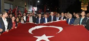 Gümüşhane'de 15 Temmuz anma programı Darbe girişiminin 2.yıldönümü nedeniyle yürüyüş düzenlendi Yüzlerce vatandaş ellerinde Türk bayraklarıyla yürüdü